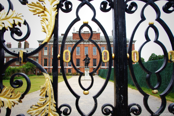 aliciasivert, alicia sivertsson, england, london, Kensington Palace, statue, house, place, brick house, gate, gates, ornament, grind, grindar, palats, kensingtonpalatset, slott, hus, hem, tegel