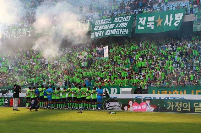 Defiant: Jeonbuk Hyundai Motors celebrate returning from two goals down to overturn Sangju Sangmu and top the league. (Photo Credit: Jeonbuk Official Facebook Page)
