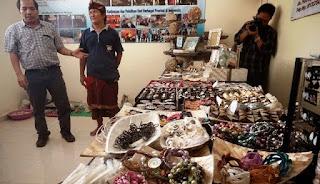 Selain untuk mencukupi kebutuhan dalam negeri yang diperuntukkan bagi wisatawan Bali, hasil kerajinan tangan masyarakat Pulau Serangan diekspor ke Yunani, Maladewa, Amerika Serikat, Jepang, dan Amerika Latin (Republik Dominika dan Panama). Kerajinan dijual dengan harga Rp. 20 ribu untuk aksesoris perhiasan, perkakas rumah tangga, gantungan kunci, bingkai foto, penutup lampu, manik-manik, dan Rp. 250 ribu untuk patung. Adapun limbah kerang didapat dengan harga Rp. 25.000/kilo untuk kerang kuning dan Rp. 30.000 untuk kerang hitam.
