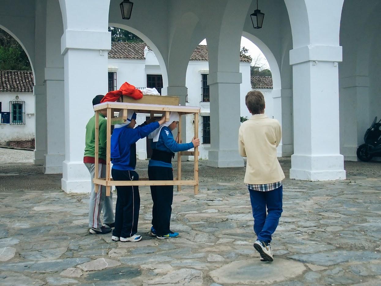 Visitar a Andaluzia - Crianças de Aracena a treinar para carregar um andor na Semana Santa