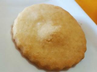 Una galleta de queso parmesano circular