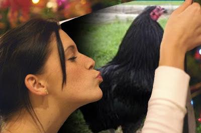 mujer besando una foto de gallo brown red