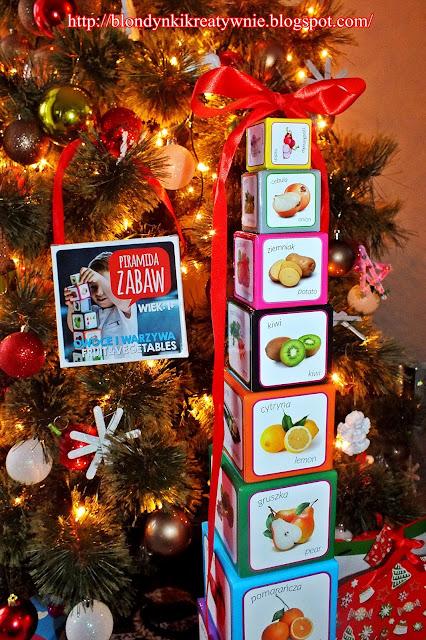 Piramida Zabaw – kartonowe klocki jako prezent gwiazdkowy dla dwuletniej Blondyneczki.