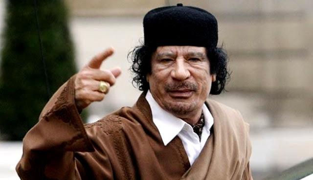 """O coronel Muammar Kadafi liderou o país por 42 anos. A guerra civil que se iniciou no momento de sua morte continua há já cinco anos. Todas as tentativas de criar órgãos de governação fracassaram, a economia está arruinada. A crise foi substituída pelo caos, que ameaça toda a região, e isso se tornou no resultado da tentativa das potências ocidentais para alterar a organização política dos países africanos. A Sputnik Árabe falou com o jornalista favorito do líder líbio, Abdel Baset bin Hamel. """"A experiência líbia, que continuou por 42 anos sob o governo de Muammar Kadhafi, permanecerá como parte incomparável da história do país. O país passou de forma regular por reformas, porque de vez em quando surgiam problemas na educação, saúde ou infraestrutura. Entretanto, a razão da crise de hoje foi provocada por o país ter começado realizando mudanças (depois dos acontecimentos de 2011), mas não pelas mãos líbias, impostas do exterior com o consentimento internacional. O que aconteceu no país pode ser descrito como a realização dos objetivos individuais das grandes potências"""", disse."""
