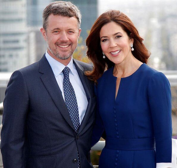 Crown Prince Frederik and Crown Princess Mary arrived in Paris. Crown Princess wore a blue dress and pearl earrings