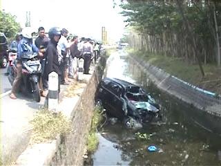 Ngantuk, Minibus Anggota Polres Sampang Seruduk Truk