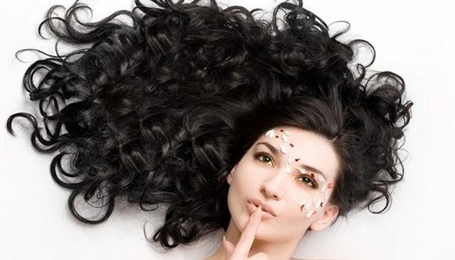 Inilah Aturan Keramas Untuk Si Rambut Keriting Yang Tidak Boleh Dilanggar