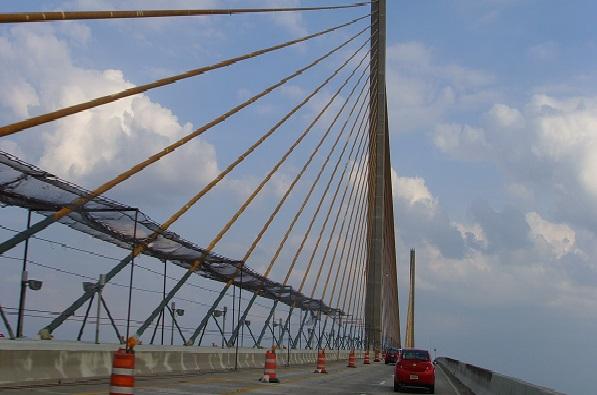 Fahrt mit dem Auto über den Sunshine Skyway und die Tampa Bay