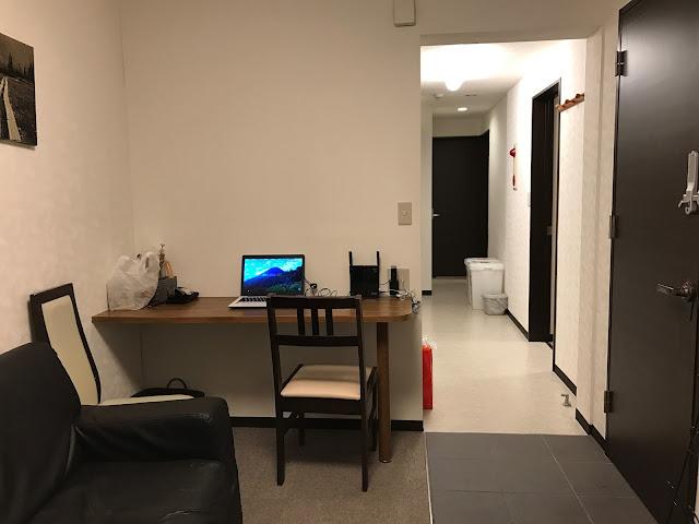 從客廳往內看,是長條形的走廊,這裡也有一個小書桌,雪友自備筆電,就在這裡一起看新聞、吃早晚餐~