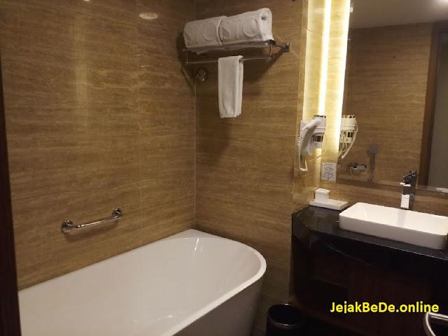Kamar mandi pada Aston Batam Hotel & Residence