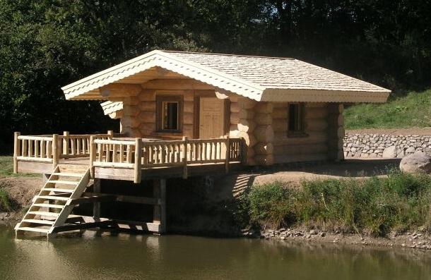 Маленький садовый домик у реки