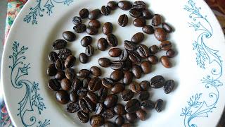 светлые зерна кофе -лювак, темные арабика