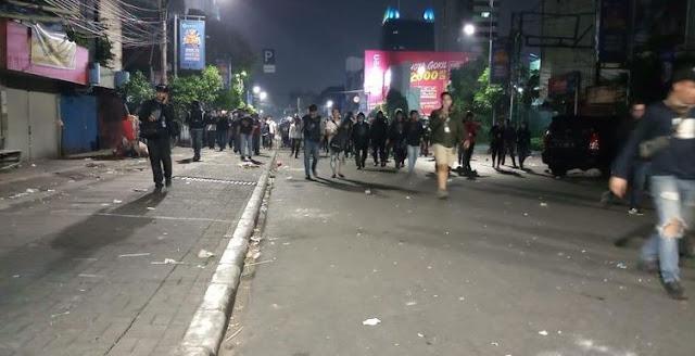 Jihar News, Massa Terus Lakukan Perlawanan ke Polisi, Tanah Abang Masih Mencekam