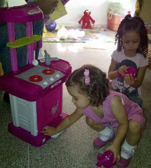 HIja y sobrina jugando a la cocina