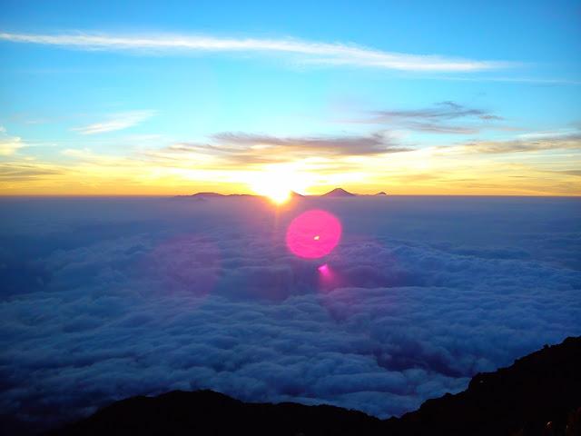 Menikmati Sunrise dan Sunset Dari Ketinggian