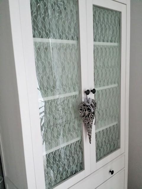 Biała komoda Hemnes z Ikea i koronka