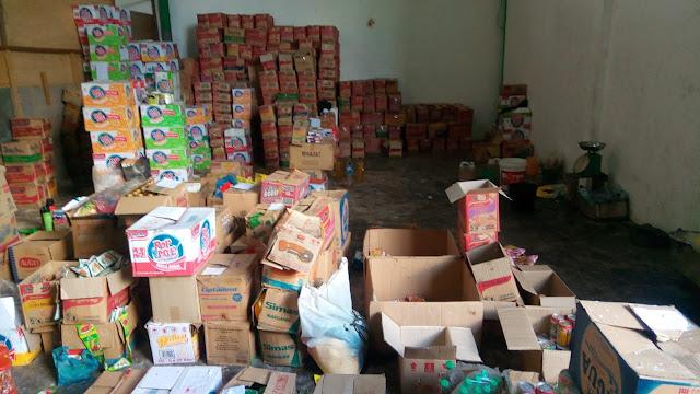 Sejumlah produk makanan yang diduga sudah kedaluarsa dan didaur ulang di gudang Indomie Desa Hessa Air Genting, Asahan