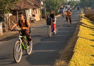 Gambar anak sekolah bersepeda