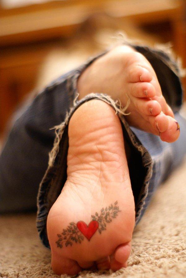 vemos a una chica, es Joven y lleva tatuaje elegante y sencillo