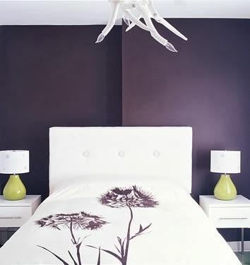 design de interiores dormitorio paredes Moradas quarto roxo lâmpadas verdes