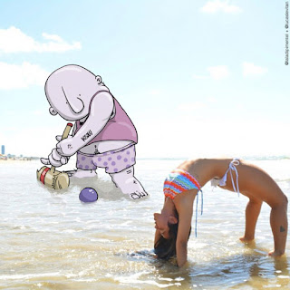 Mujer bonita en la playa en bikini
