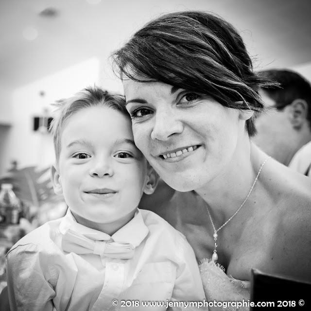 portrait de la mariée et son fils en noir et blanc