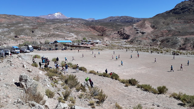 Aus Anlass des 34. Jahrestages der Gründung unseres Landkreises San Antonio de Esmoruco findet ein großes Fußballturnier statt. Der Fußballplatz liegt neben dem Friedhof.