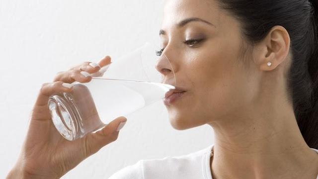 Minum air putih untuk mengganti cairan tubuh yang hilang