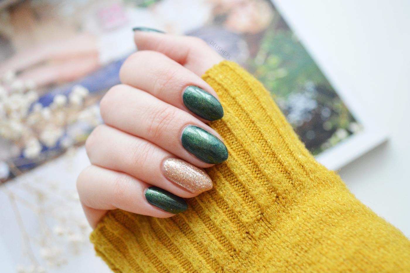zielony manicure hybrydowy z brokatem
