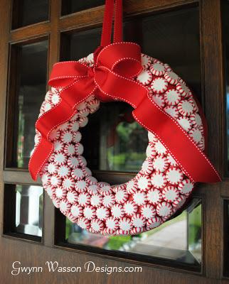 wianek świąteczny z cukierków diy twobrokesisters