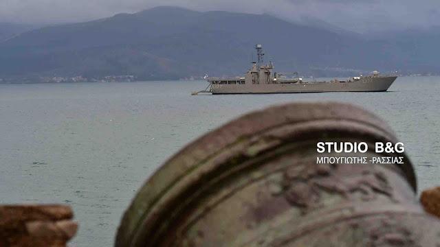 """Το αρματαγωγό του Πολεμικού Ναυτικού """"Ρόδος"""" στο Ναύπλιο (βίντεο)"""