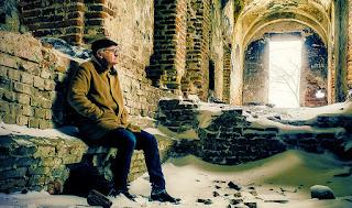 Krzesimir Dębski w ruinach kościoła w Kisielinie