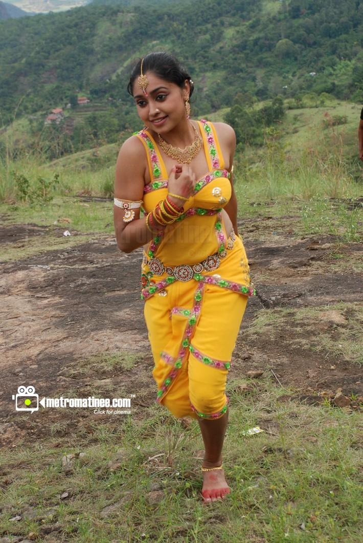 Sija Rose hot navel and cleavage photos from Madhavanum ...