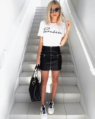 outfit tumblr casual juvenil con falda negra de bolsillos y blusa básica estampada