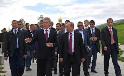 Vladimir Putin and Sergei Sobyanin visited the new Zaryadye Park on City Day of Moscow.