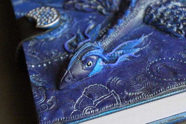 Cubierta de libro con un dragón  cabeza