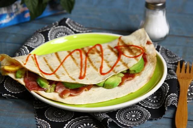tortilla zapieczona z jajkiem, bekonem i awokado