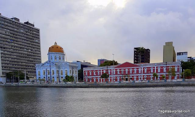 A Assembleia Legislativa de Pernambuco e o Ginásio Pernambucano, em Recife