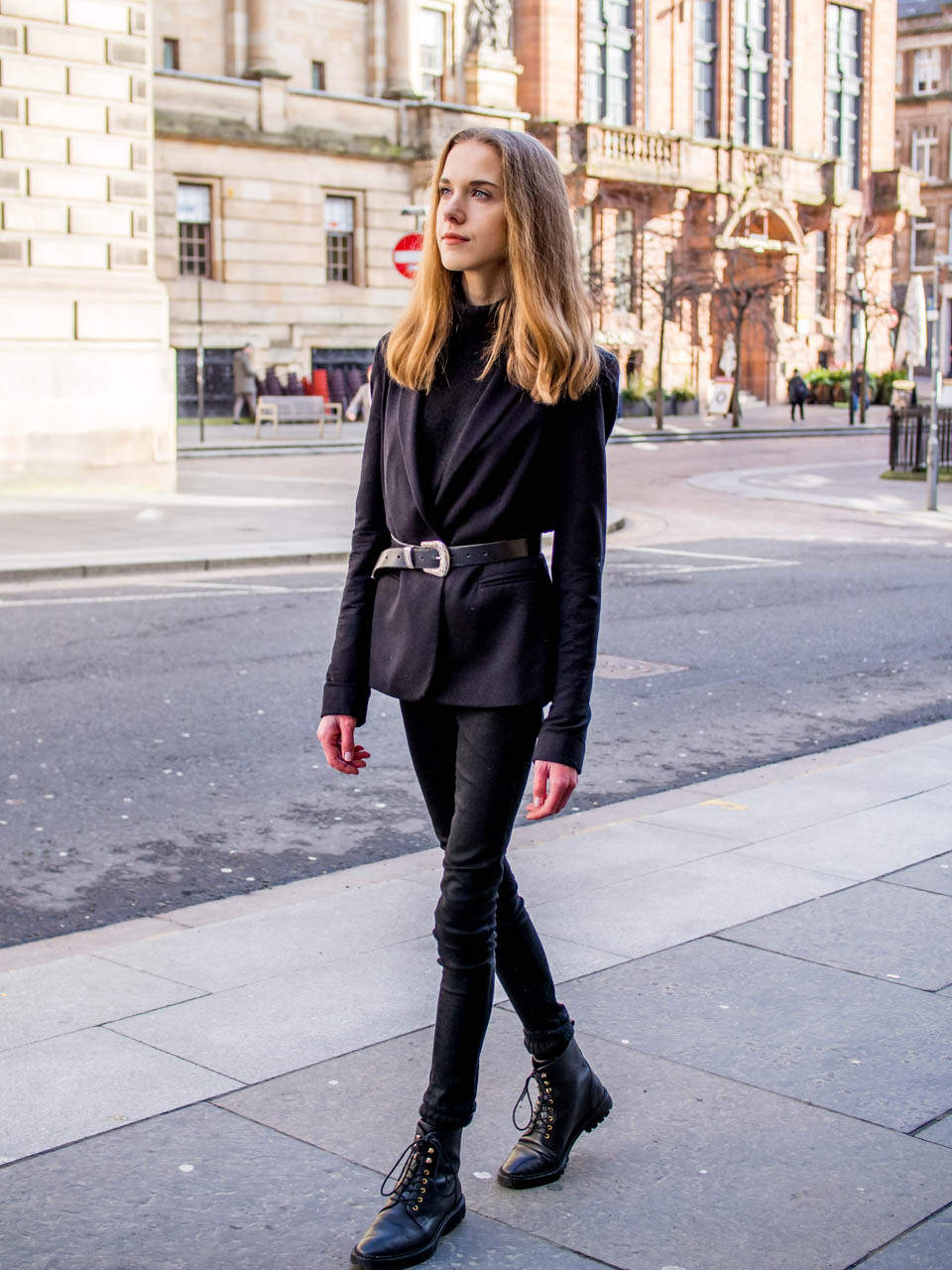 Chic all black outfit with blazer and belt - Kokomusta asu bleiserin ja vyön kanssa