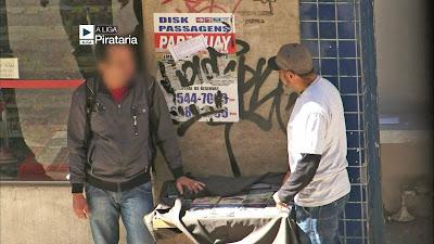 Thaíde acompanha a rotina de um vendedor de DVDs piratas - Divulgação/Band