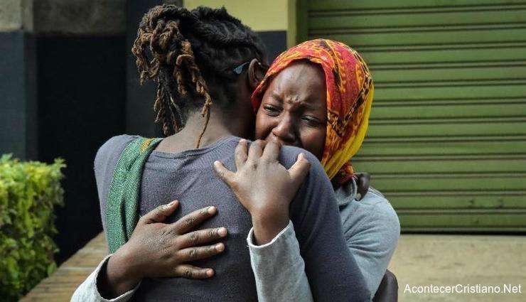 Mujer africanas lloran la muerte de sus familiares en iglesia