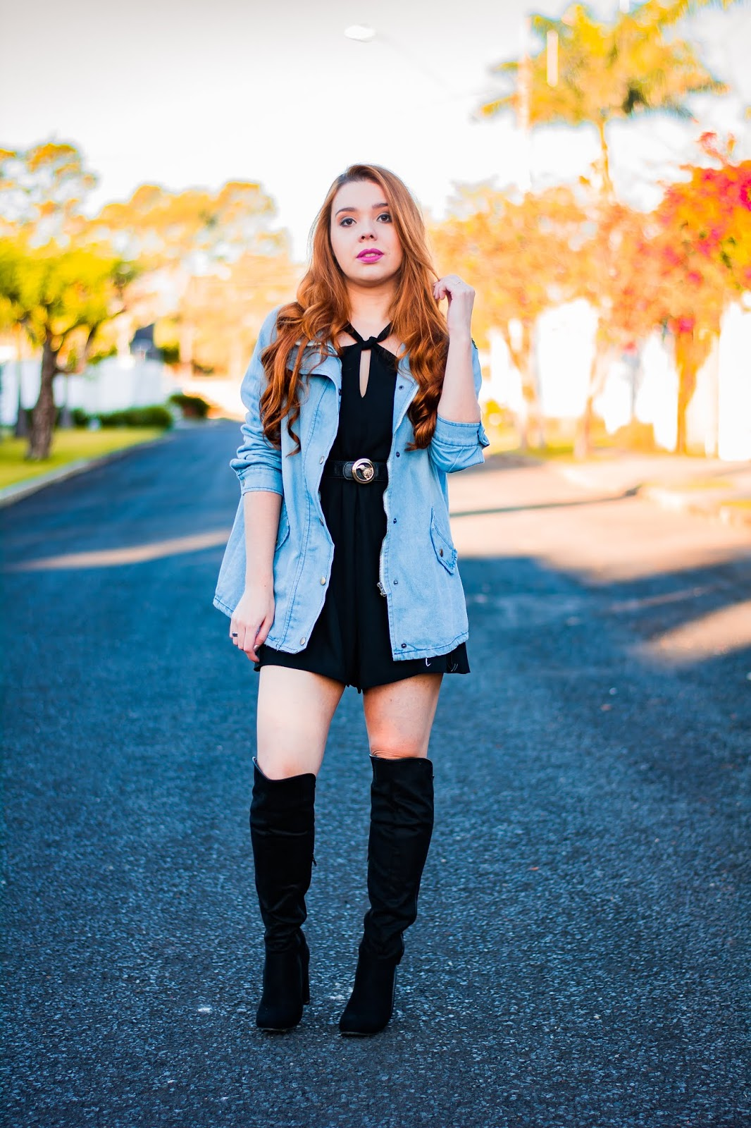 Vestido preto com jaqueta jeans na cintura