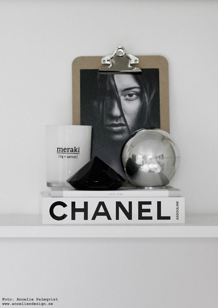 annelies design, webbutik, skål med lock, aluminium, stilleben, hylla, svart, vitt, silver, grått, chanel, bok, diamant, meraki doftljus, modellbild,
