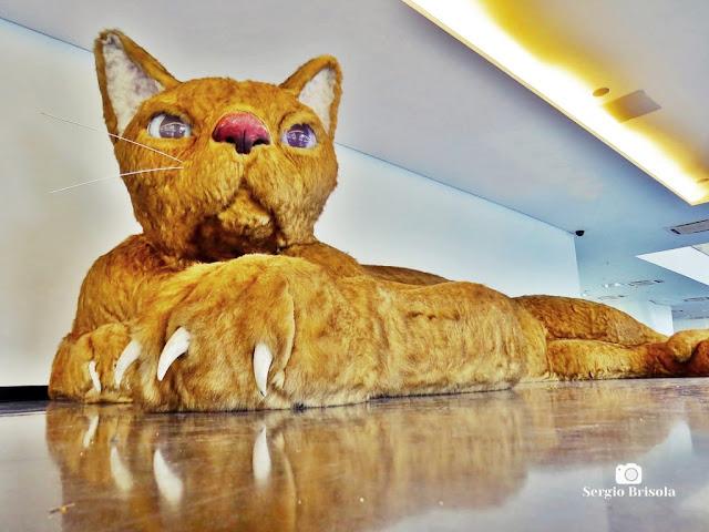 Vista ampla e artística da Obra Um Amor Sem Igual (Gato Gigante) - MAC-USP - Vila Mariana