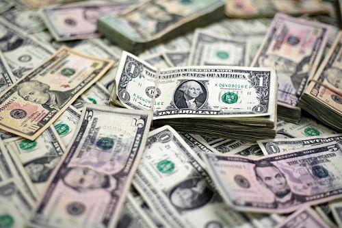 Dólar sube por conflicto comercial