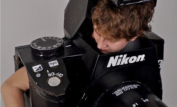 Disfraz casero de cámara de fotos que hace fotos