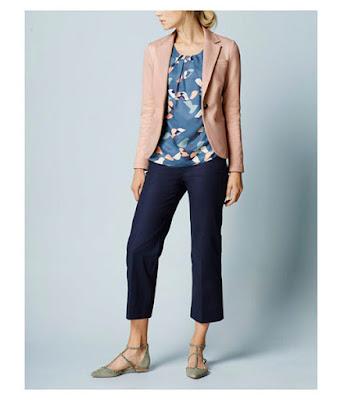 Пастельный розовый жакет с синим топом и синими брюками три четверти