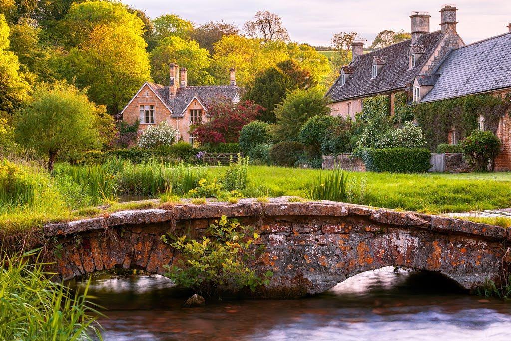 un luogo immaginario, una piccola casa nella campagna inglese..con un ...