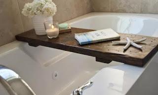 tabla de madera para la laptop en la bañera