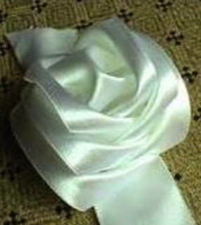 http://translate.googleusercontent.com/translate_c?depth=1&hl=es&rurl=translate.google.es&sl=en&tl=es&u=http://goodhomediy.com/diy-satin-ribbon-rose-without-needle-and-thread/&usg=ALkJrhgRa2zjsV0LrruoJn3ZdSxrc1_mHQ